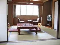 和室8畳と次の間6畳のお部屋はご家族やお友達とのご利用に最適。お布団は5組までOK。