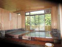 明るく、開放感のある風呂は、掛け流しで終日入浴できます