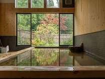 檜造りでゆっくり浸かれる大浴場