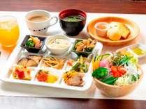・大人気の朝食ビュッフェ♪新鮮野菜と季節の果物★オーダーメニューも★