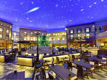 【夕食ハ゛イキンク゛「シータ゛ハ°レス」】時間帯により天井の空に色が変わります♪