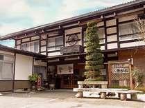 【外観・初春】明治二年に建てられた飛騨の古民家を移築、改装しています。