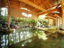 【岩造り露天風呂(男性用)】バスタオルを豊富にご用意、開放感ある露天風呂は、山代の温泉を存分に。