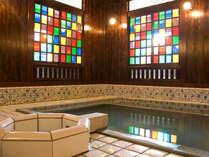 外湯の古総湯(こそうゆ)では、源泉掛け流しの温泉を明治スタイルで楽しめる。