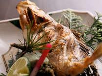 地元漁港で水揚げされた新鮮な魚介類のメイン料理から選べます。