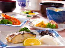 【和朝食】地元の新鮮食材を中心にご用意いたしております