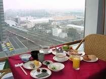 ガラス張りの店内は明るく開放的♪眺めの良い展望レストランで朝食 晴れた日には富士山も