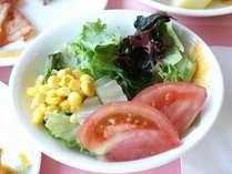 朝食バイキングのサラダ