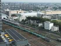ご朝食会場『レガーロ』朝のラッシュ時間には電車の行き交う姿が眺められます。