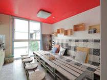 2Fのリビングには共同キッチンがあり、コーヒー&紅茶&日本茶が無料で楽しめます。