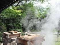 温泉の蒸気で蒸し上げる『地獄蒸し』です。ヤケドに注意!!