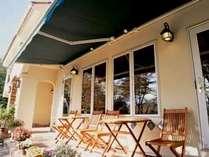 食堂前のテラスは庭を眺め、野鳥の声を聴くのに最適。ゆっくり楽しむ大人の旅をどうぞ!