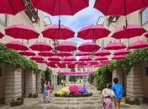 ピーマン通りの街並みをカラフルな傘で彩る「八ヶ岳アンブレラスカイ2019」は6/1~7/7開催。