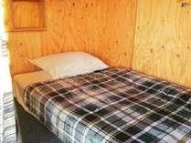部屋ごとにライト、セーフティBOX、ハンガー、コンセントを完備。スプリングベッドで穏やかな眠りを。