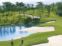 【早期予約28/2サム確約/リゾートゴルフ】青い海を眺めながら青い空へショット! 1ラウンドプレー付