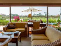 【ギャラリーツイン】壮大なゴルフ場が窓から見渡せ、開放感にあふれるゲストルーム