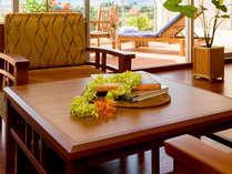 【スタンダードツイン】全室、テーブル&チェアーを備えており、ゆったりお過ごしいただけます。