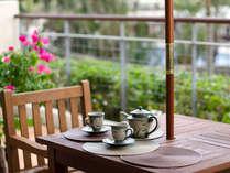 【デラックスツイン】テラスにはテーブル&チェア付。リゾートの景色を楽しみながらお過ごし頂けます
