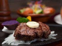 【ステーキ】ジューシーな肉の旨味が、最高の夜を描き出します。