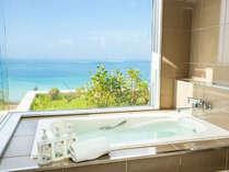 【アゼリアスイート】バスルームはリゾートの景色を存分に味わえる展望風呂。