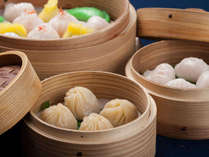 【中華 ランチ】土・日に行われる大人気の飲茶バイキング。種類豊富な料理の数々に目を奪われます