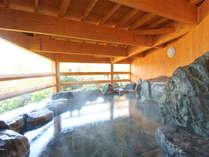 【岩風呂】岩風呂に屋根がかかった造り。泉温は低めに設定されており、長湯を楽しめます。
