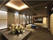 【フロント・ロビー】豪華な装飾と和の雰囲気でおもてなし。