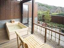 【風の棟露天風呂付き和室10畳客室】檜の露天風呂(一例)
