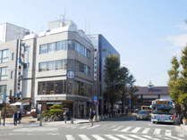 鎌倉駅から徒歩1分。若宮大路に面したランドマークビルの4階です。