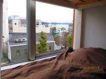 ドミトリーの2階ベッドからは寝ながらに鎌倉風景が楽しめます。楽しいですよ。