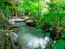 【ひびきの湯】真下に有る滝の音がBGMと化し、木々の香りを楽しみながら入浴が出来る露天風呂。