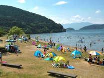目の前は琵琶湖。湖なのでクラゲがいないから、お盆過ぎても遊ぶことができる!