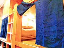 男女共用ドミトリーです。のれんは一つひとつ手作業で藍染をしております。
