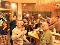 ウェルカムドリンクで乾杯!国内外の旅行者、地元の方などたくさんの方が交流できる場に。