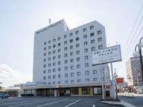 外宮まで徒歩15分、内宮は車で15分。伊勢市駅からは歩いて3分の好アクセス。