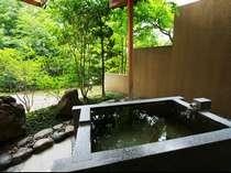 ■部屋■ゆったりとした時間が流れる客室露天風呂。温泉は贅沢に掛け流しております。