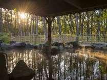 松泉宮大浴場「月読」露天です。朝日の中での入浴も幻想的です。