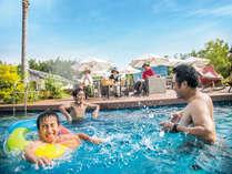 夏はプール!家族でワイワイ水遊び。小さいお子様用に浅めのプールもあります。