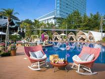 暖かな日差しを浴びながらプールサイドでのんびりと過ごしてみては?