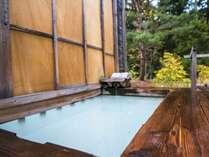 【貸切風呂~竜山~】プライベートに温泉を愉しめる2名利用程度の露天風呂。少しだけ四季を感じられます