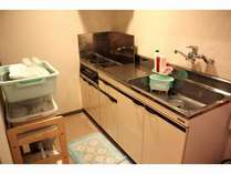 自炊の可能なキッチン。冷蔵庫。炊飯器。レンジ。食器類