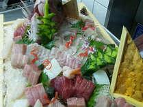 *舟盛り…瀬戸の新鮮な海の幸をお楽しみください。主人自ら仕入れる魚はピチピチ料理。