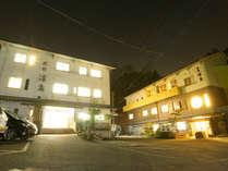 ◆外観(夜)◆尾道の奥座敷、養老温泉郷。昭和36年創業の温泉宿。