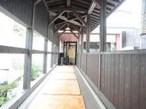 ◆うら湯への渡り廊下。入浴後は爽やかな風を感じられます。