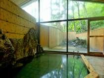【男湯内風呂】緑の季節。窓からは四季の変化を楽しめます。