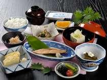 【朝食】ホッとする和定食。ご飯のお供がいっぱいで、思わず食べ過ぎてしまいます。