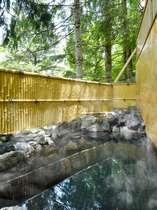 【女湯露天風呂】木漏れ日の中のお風呂。