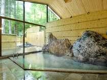 【女湯内風呂】緑の季節。お風呂からの景色もお楽しみください。