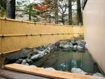 【女湯露天風呂】自然の中で温泉をお楽しみください。