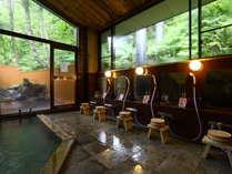 【男湯内風呂】木のぬくもりと開放感たっぷりの落ち着く空間です。